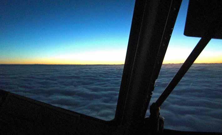 över molnen